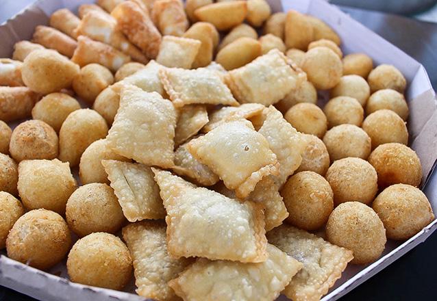 100 Salgados artesanais (12g) fritos com até 5 opções de salgado por R$19,90