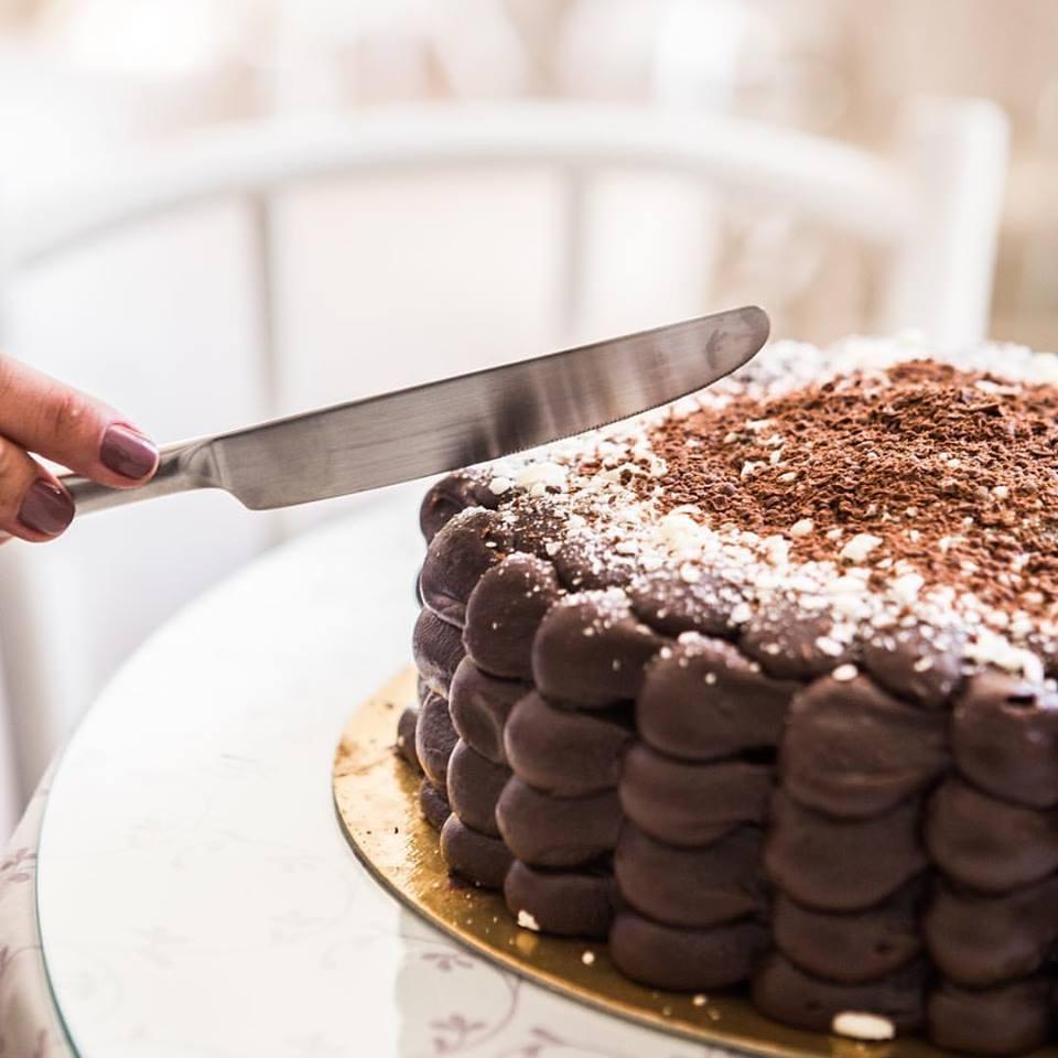 01 Torta Brownie (recheada com o delicioso Brigadeiro da Sucré, ideal para os apreciadores do famoso Brownie), serve de 25 a 30 pessoas de R$165 por apenas R$89,90.