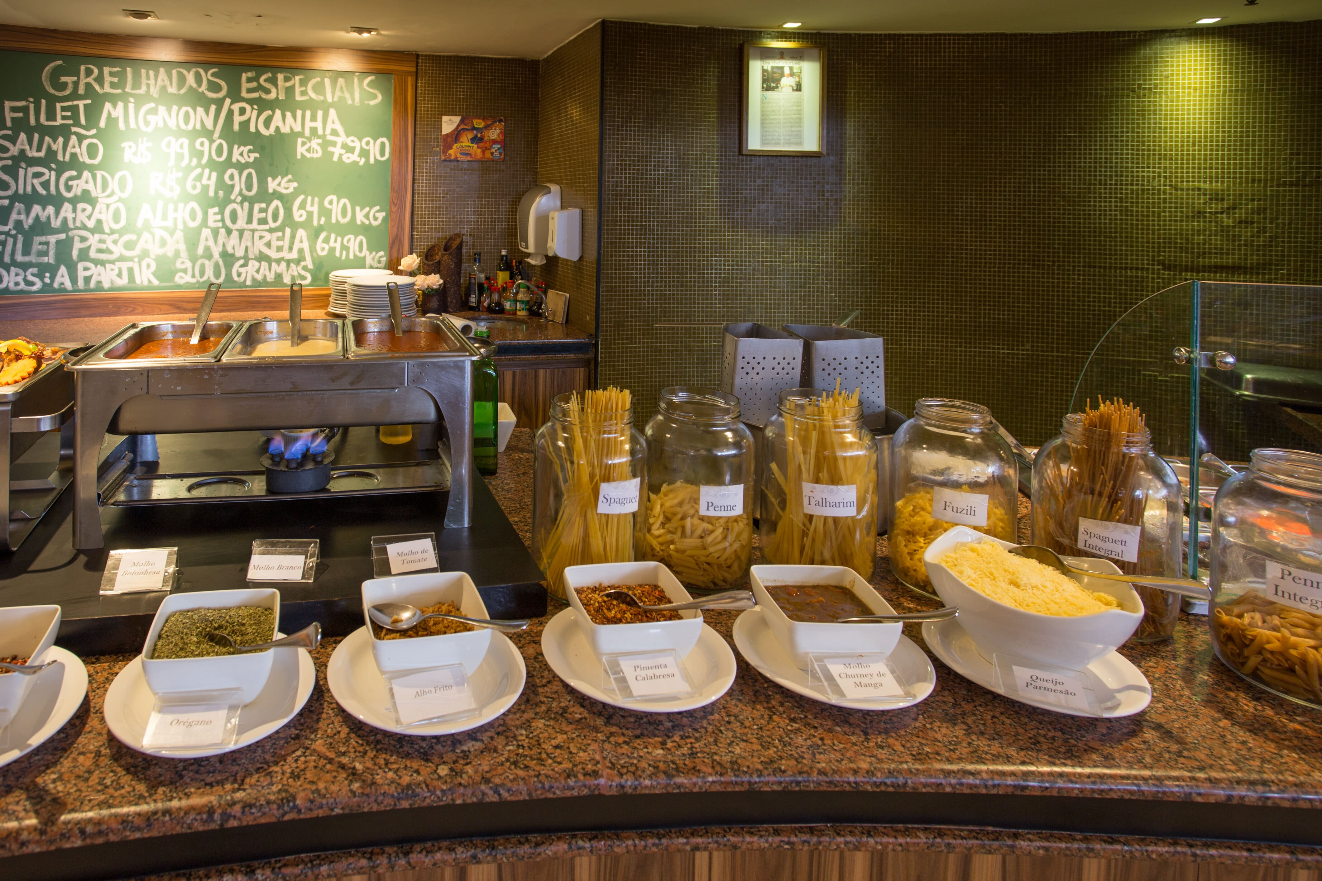 Jantar Especial! Delicioso Buffet completo e variado, com opções de entradas, saladas refrescantes, guarnições, estação de massas e sobremesas diversas de R$45,40 por apenas R$38,59 no Restaurante Brasil Tropical
