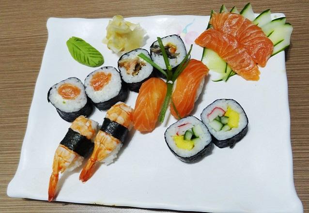 Combinado 12 peças - 2 niguiri de salmão, 2 niguiri de camarão, 2 philadélfia, 2 maki skin, 2 maki califórnia e 2 sashimi de salmão de R$32,90 por R$26,90