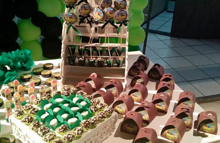 Bolo Naked para 15 pessoas + 50 chocolates em caixetas individuais e 50 docinhos tradicionais de R$159,90 por apenas R$99,99