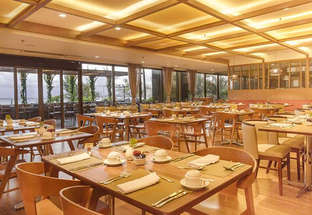 Restaurante Mucuripe, do Hotel Gran Marquise, com o super buffet Sabores do Brasil. Incluso entrada, prato principal e sobremesa à vontade para 1 pessoa de R$78,10 por R$47