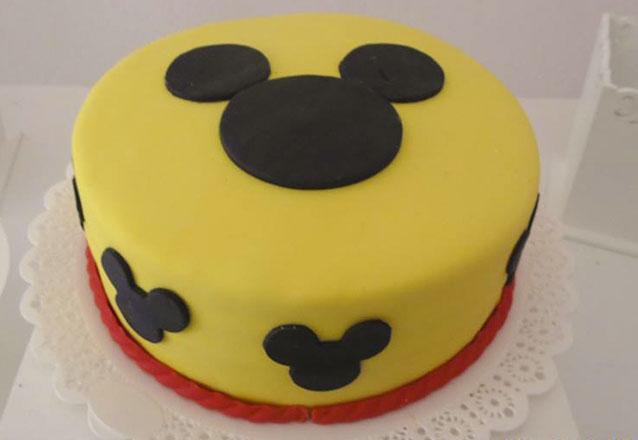 Ideal para a sua festa! Bolo na Pasta americana para 50 pessoas + 15 Cupcakes + 15 Brownies personalizados de R$199,90 por apenas R$159,90