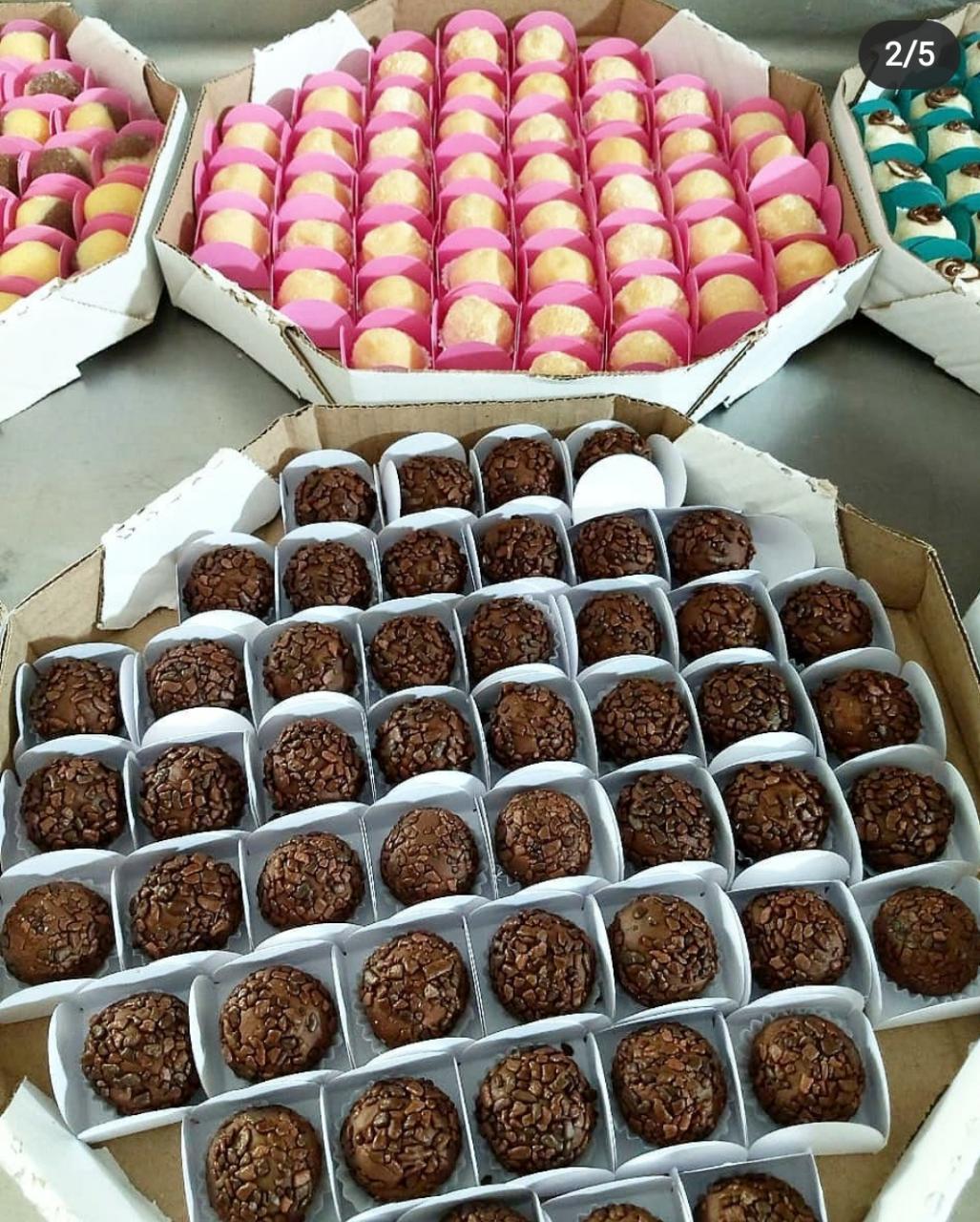 Kit festa para 20 pessoas - Naked Cake + 50 docinhos gourmet + 100 salgadinhos + 2 refrigerantes 2l de R$150 por apenas R$129,99 na Hello Cakes. Válido para Delivery!