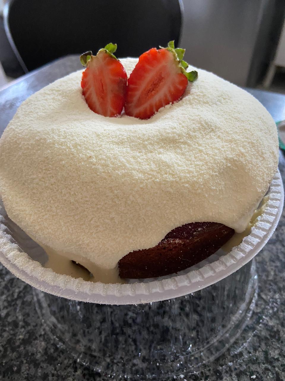 Bolo Red Velvet de Morango, Ninho ou Casadinho de até R$21,90 por apenas R$18,90 na Delis Gourmet Confeitaria. Válido para Delivery!