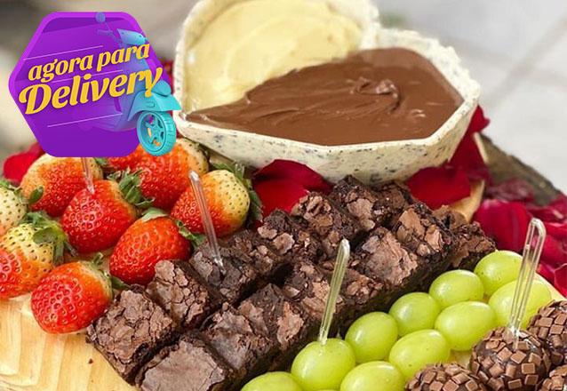 Tábua Gourmet (9 morangos + 12 pedaços de brownie + 14 uvas + 10 brigadeiros + coração de chocolate) por R$129,90 na Verônica Chocolates Finos. Válido para Delivery!