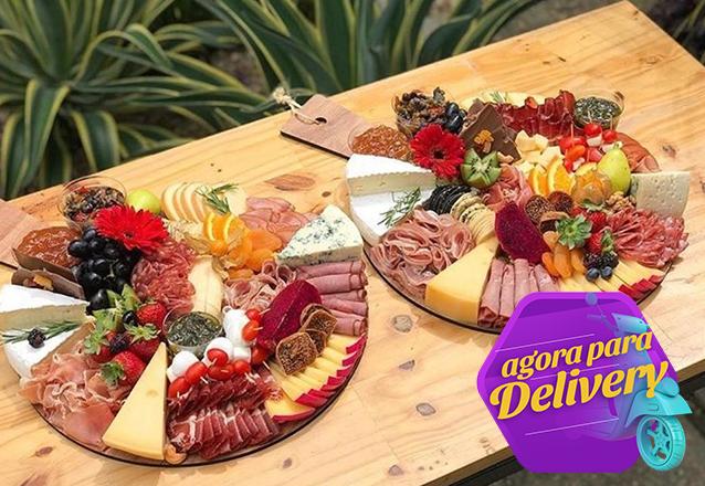 Um presente personalizado especial! Tábua Gourmet, Tábuas de queijos e frios, Tábuas de doces ou Tábuas de chocolate de R$145 por apenas R$110 com a Cestas da Veh