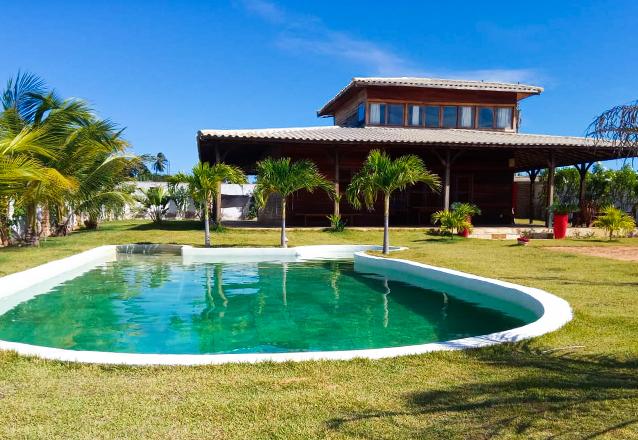 Aproveite com muito conforto em Fortim! 2 diárias em casa de Praia duplex de 250m² com 4 quartos e piscina e muito mais de R$3.600 por apenas R$2.099 na Casa Victorya