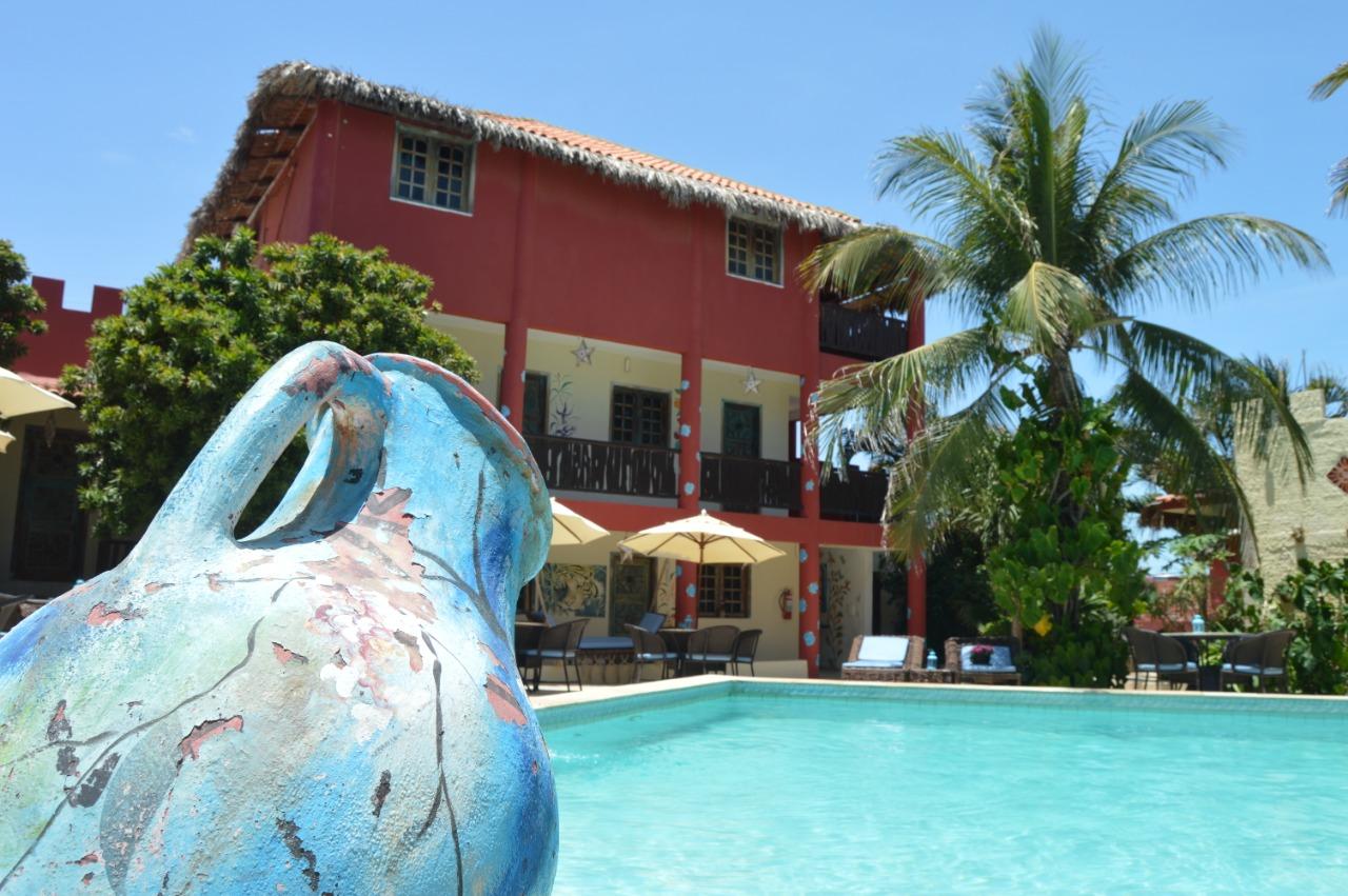 Canoa Quebrada agora! 2 diárias para 2 adultos e 1 criança até 5 anos + café da manhã na Pousada Castelinho por apenas R$399