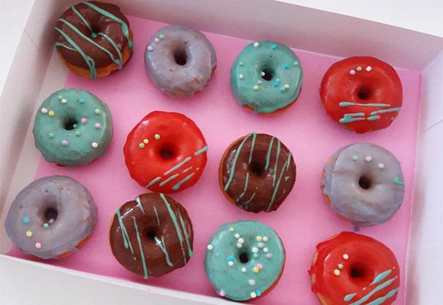Cores que Apaixonam, deliciosamente Perfeitos! Kit com 20 Mini Donuts de R$49,99 por apenas R$39,99 na Nic Donuts
