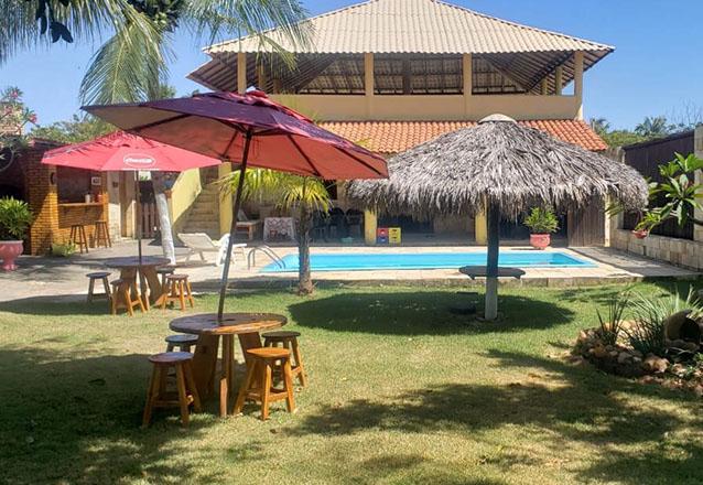 Vem almoçar no Cumbuco! 1 Tilápia Completa + 1 porção de bolinhas fritas + 2 caipirinhas + Acesso liberado à piscina por apenas R$69,99 no Restaurante Casa Empório