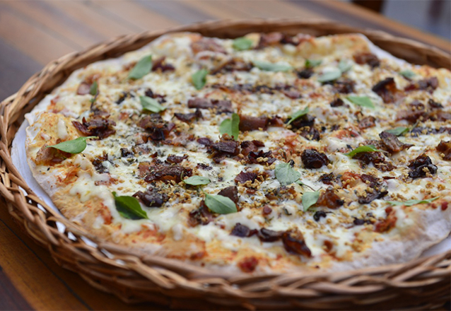 A sua casa de praia na cidade! 1 Entrada + 1 Pizza Salgada Grande de R$76,80 por R$54,90 na Nalu Pizzas