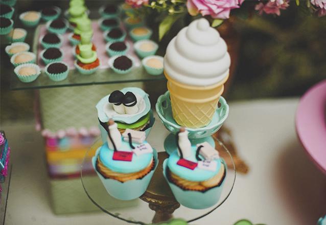 Kit Festa Temático P - Bolo de Pasta Americana para 15 pessoas + 50 Docinhos + 6 Cupcakes temático de R$205 por apenas R$175