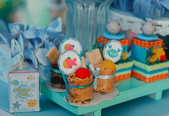 Para uma ocasião especial! Kit mesversário - 1 bolo de pasta americana ou chantininho (10 pessoas) + 10 pirultios 2d +10 mini cupcakes 2d por apenas R$159