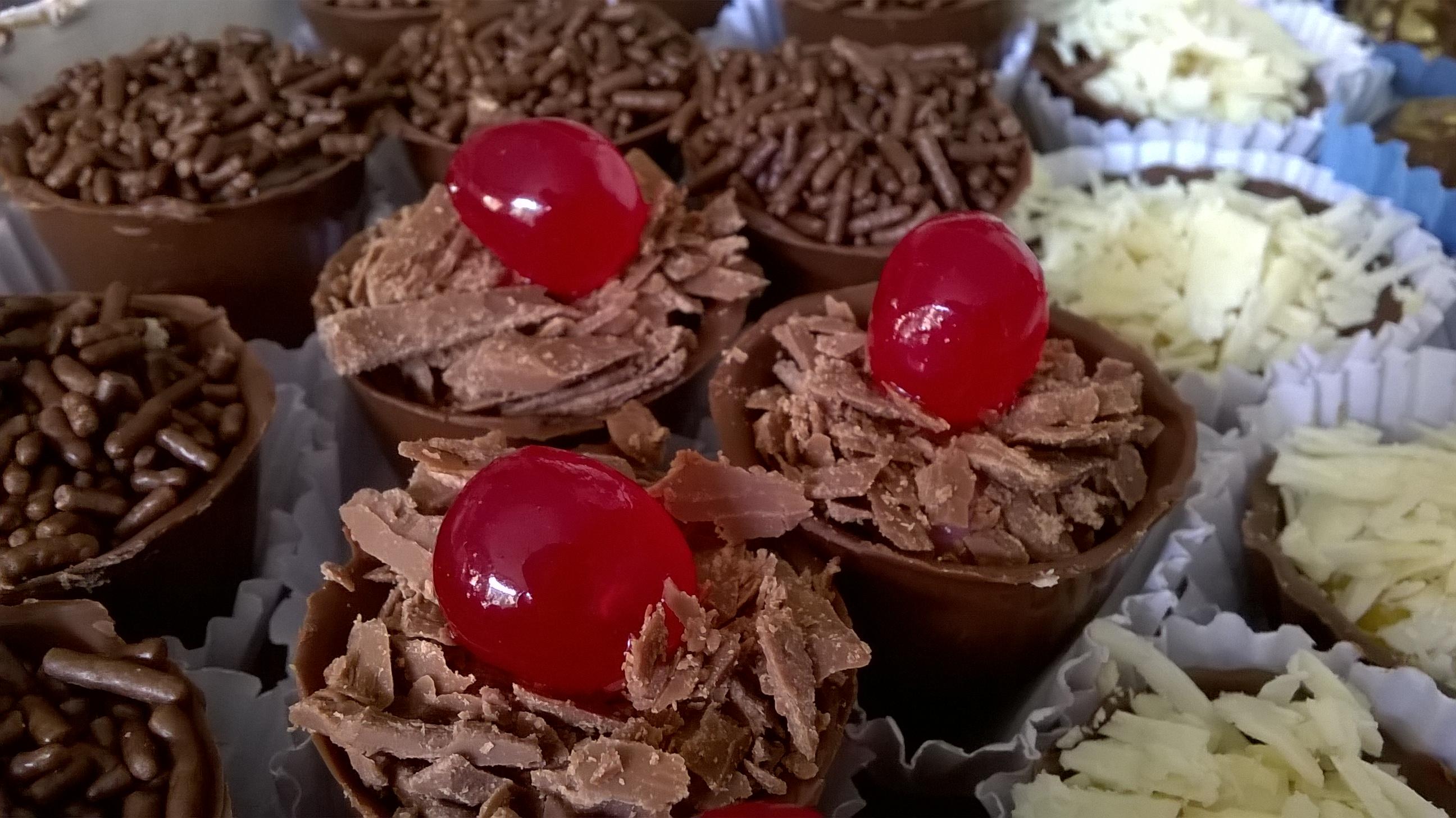 Kit Mesa de Chocolate com 90 Itens Finos - 75 bombons Crocantes + 15 pirulitos de R$130 por apenas R$75