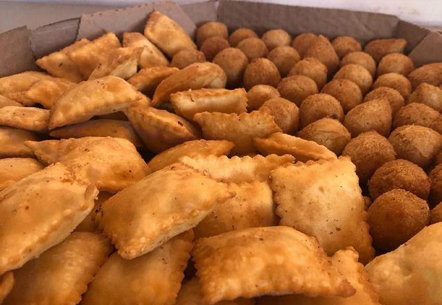 Salgadinho bom a festa toda! 1000 salgados fritos durante a festa de R$400 por apenas R$349 na Brigadeiros da Dedeth