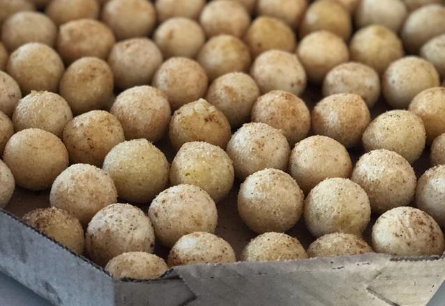 O Salgadinho que todo mundo ama! 01 Cento (100 unidades) de mini coxinhas de R$28 por apenas R$19,90 na Brigadeiros da Dedeth