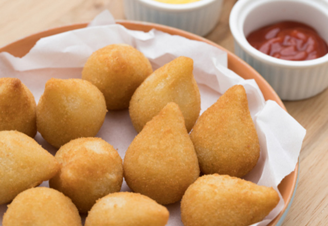 Deixe sua festa completa! 100 Salgados Artesanais fritos na Panificadora Casa da Massa por apenas R$19,99