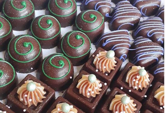 100 chocolates tradicionais + 10 pirulitos tradicionais + 10 mini cupcakes tradicionais + 10 popcakes tradicionais de R$170 por apenas R$149