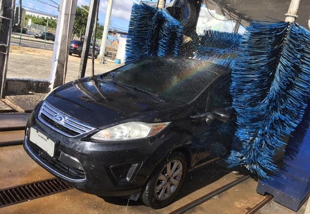 Ducha + Pneu Pretinho + Aromatizante para veículos de pequeno porte. Lavagem com duração máxima de 5 minutos e secagem parcial da máquina de R$14,99 por apenas R$6,99
