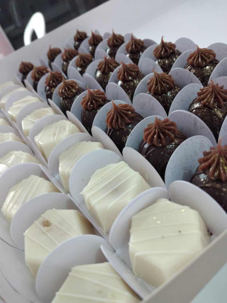 50 chocolates (25 brigadeiros pretos e 25 crocantes) de R$50 por apenas R$45