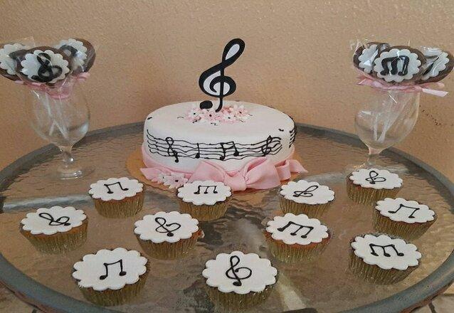 Kit Para 10 pessoas:  Bolo Scrapcake ou Chantininho para 10 pessoas + 5 cupcakes + 5 pirulitos por apenas R$ 89,90
