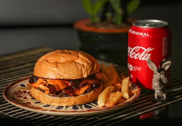 A oferta inclui: Hambúrguers da linha tradicional (Paradise burger, Heavens on fire, Hells Bells ou Fire It up) por apenas R$13,99 cada, na Rock'N'Burger Fortaleza!