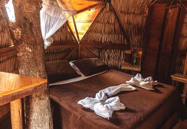 2 Diárias em Cabana Triangular Standard (Cama queen ou duas camas solteiro, ventilador de piso, banheiro externo a cabana compartilhado) para 2 pessoas (Domingo a Quinta) + café da manhã de R$360 por apenas R$319,99