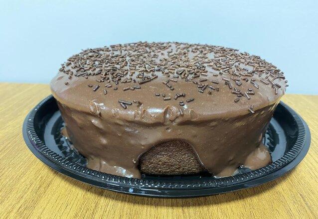 Sua festa pronta e saborosa! Kit Festa para 10 pessoas: 1 bolo vulcão + 200 salgados + 100 docinhos de R$130 por apenas R$99 no Brigadeiros da Dedeth