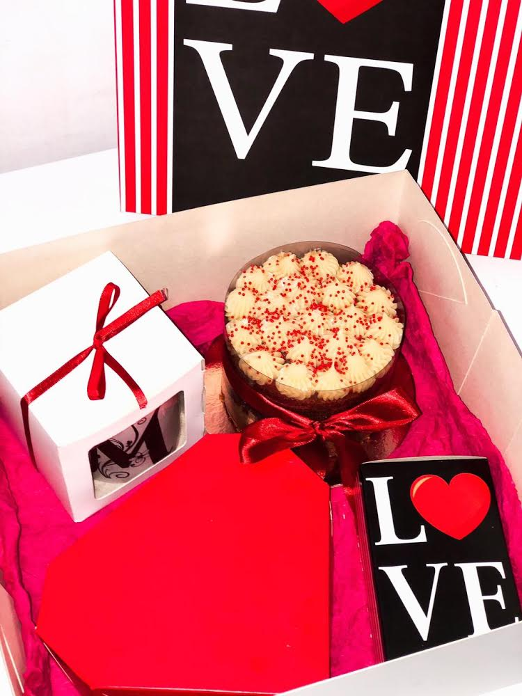 O Dia dos Namorados com todo amor e doçura do Brigadeiros da Dedeth!! Festa na caixa com Naked Cake + 20 salgadinhos variados + 6 doces gourmets + 1 caneca especial por apenas R$89,90