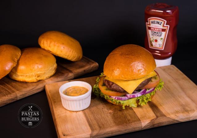 1 Classic Cheese (Bland bovino de 130g grelhado no char broiler, queijo prato, alface crespa, tomate, cebola roxa e molho Chipotle no pão artesanal) de R$24,90 por apenas R$17,90 no Pastas and Burgers. Válido para Delivery!