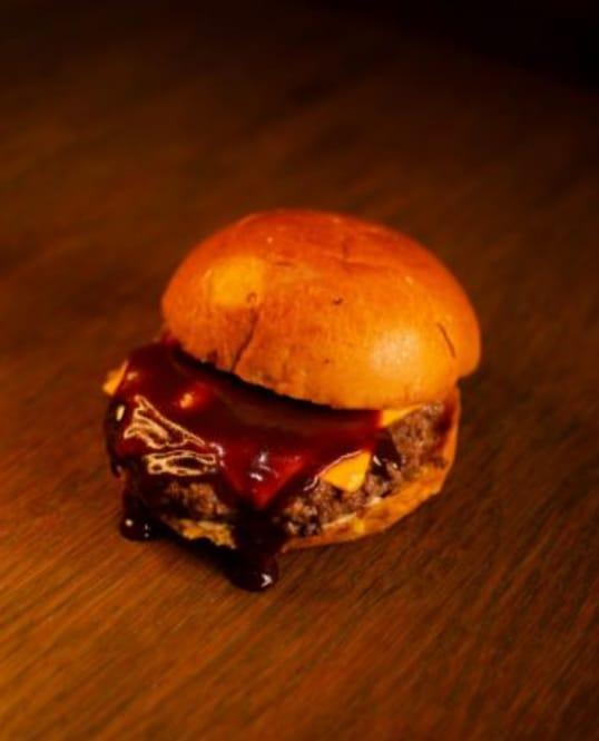 É de dar água na boca! 01 Hambúrguer Artesanal Meat And Cheese, Melts, Blue Rings ou Classic por apenas R$15,90 na Hamburgeria 88 Parquelândia