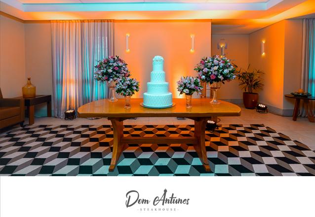 Charme, conforto e harmonia para o seu dia especial! Pacote Buffet com centros de mesas, arranjos, souplast, guardanapos e mais por apenas R$1.299 na Dom Antunes Steakhouse