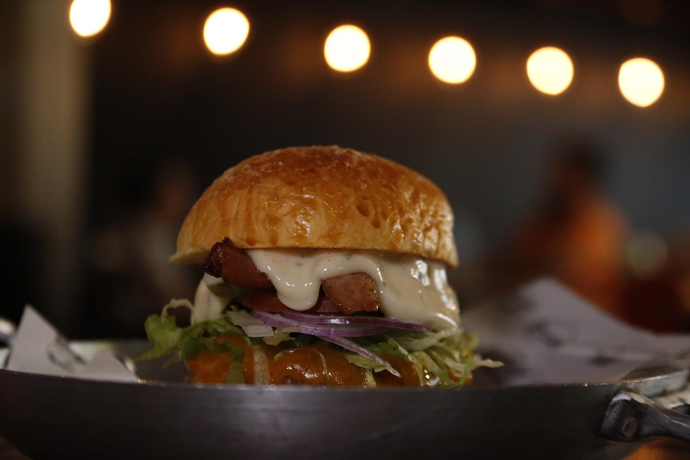 1 Crispy Burger, Chiken Salad ou Smashburger Calabresa a partir de R$10,99