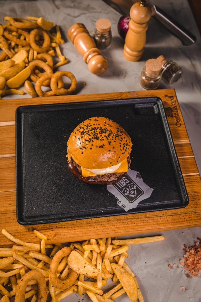 Esse é imperdível! 01 Burger artesanal NBS Cheese de R$17,90 por apneas R$12,90 na NBS Burger