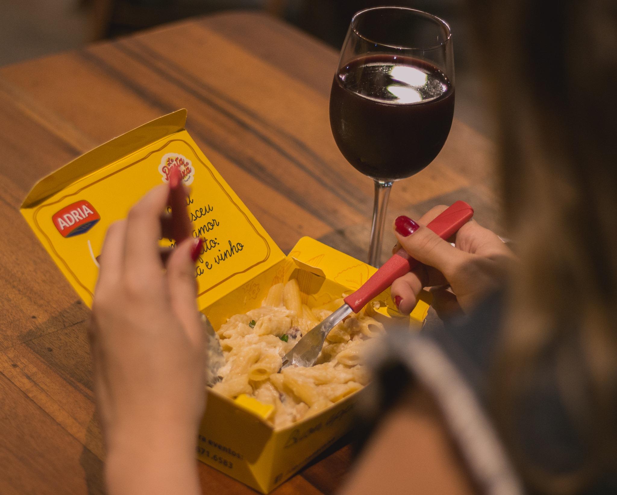 6 anos de La Pasta na Caixa e quem ganha o presente é você! 3 Queijos, Bacon com provolone ou Amatriciana + Taça de vinho para 1 pessoa a partir de R$19,90