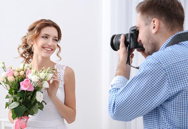Ensaio Fotográfico Externo: 1h de sessão fotográfica + 1 profissional de fotografia + fotos tratadas + envio das fotos por link + em média 20 a 30 fotos enviadas de R$199,90 por apenas R$99,90
