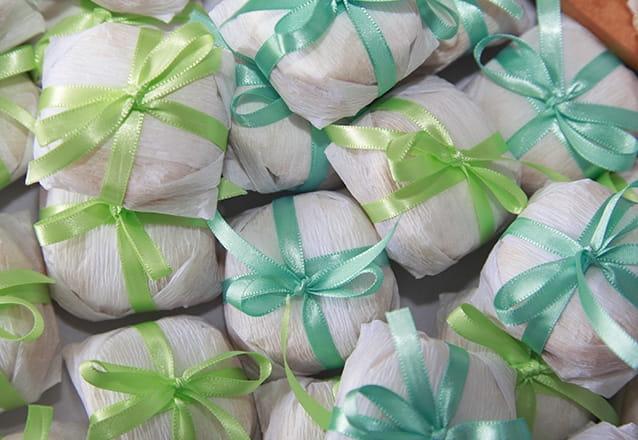 50 bem casados ou mini brownies no papel celofane transparente por R$49,90