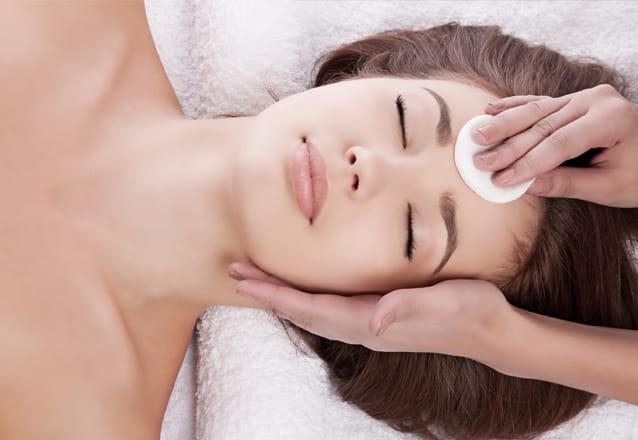 Uma pele perfeita merece a melhor limpeza! Limpeza de Pele + Peeling de Diamante + Máscara Oclusiva ADCOS por R$119,90 com a Dra. Viviane Boaventura