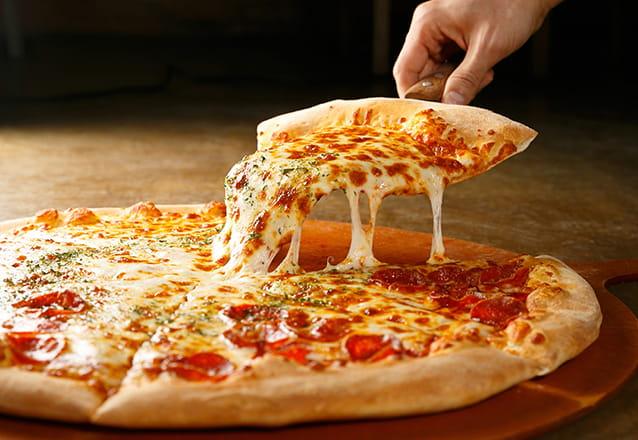 Ilha de Pizza em domicílio (43 Pizzas com 10 sabores diferentes) para até 100 convidados durante 3h de evento + 2 Pizzaiolos + 10 Sabores de pizzas + Materiais descartáveis por R$798