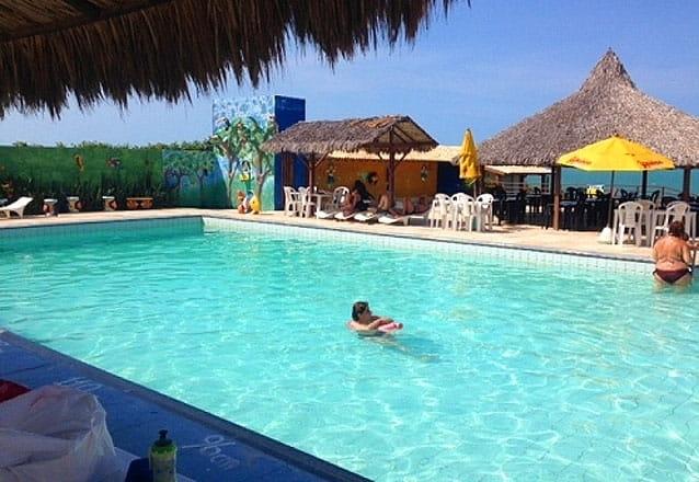Essa é para você curtir a Praia das Fontes! 2 diárias para casal e 1 criança + café da manhã por apenas R$299 no Hotel das Falésias